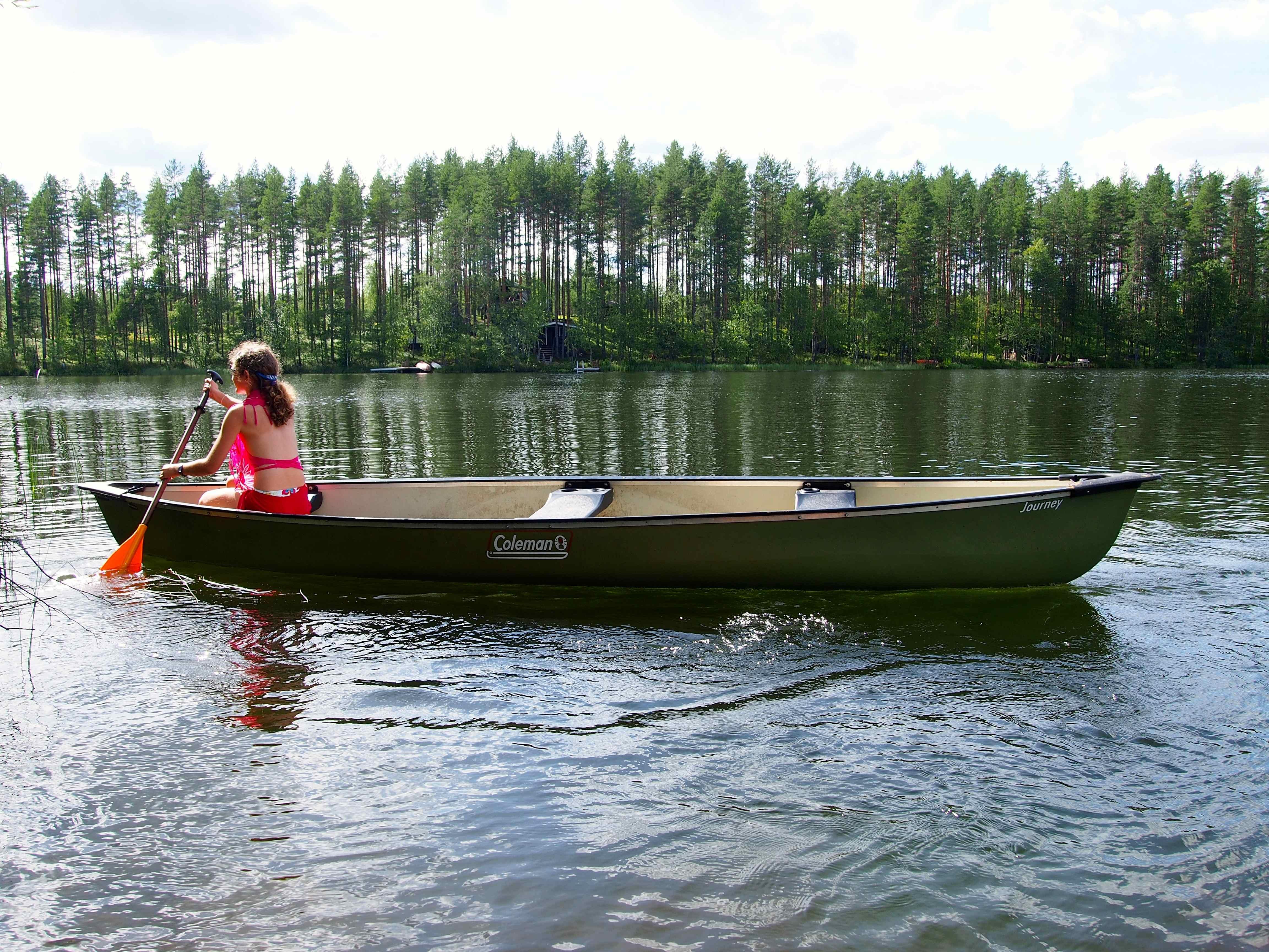 Balade en canoë sur le lac dans le Rokua Geopark en Finlande