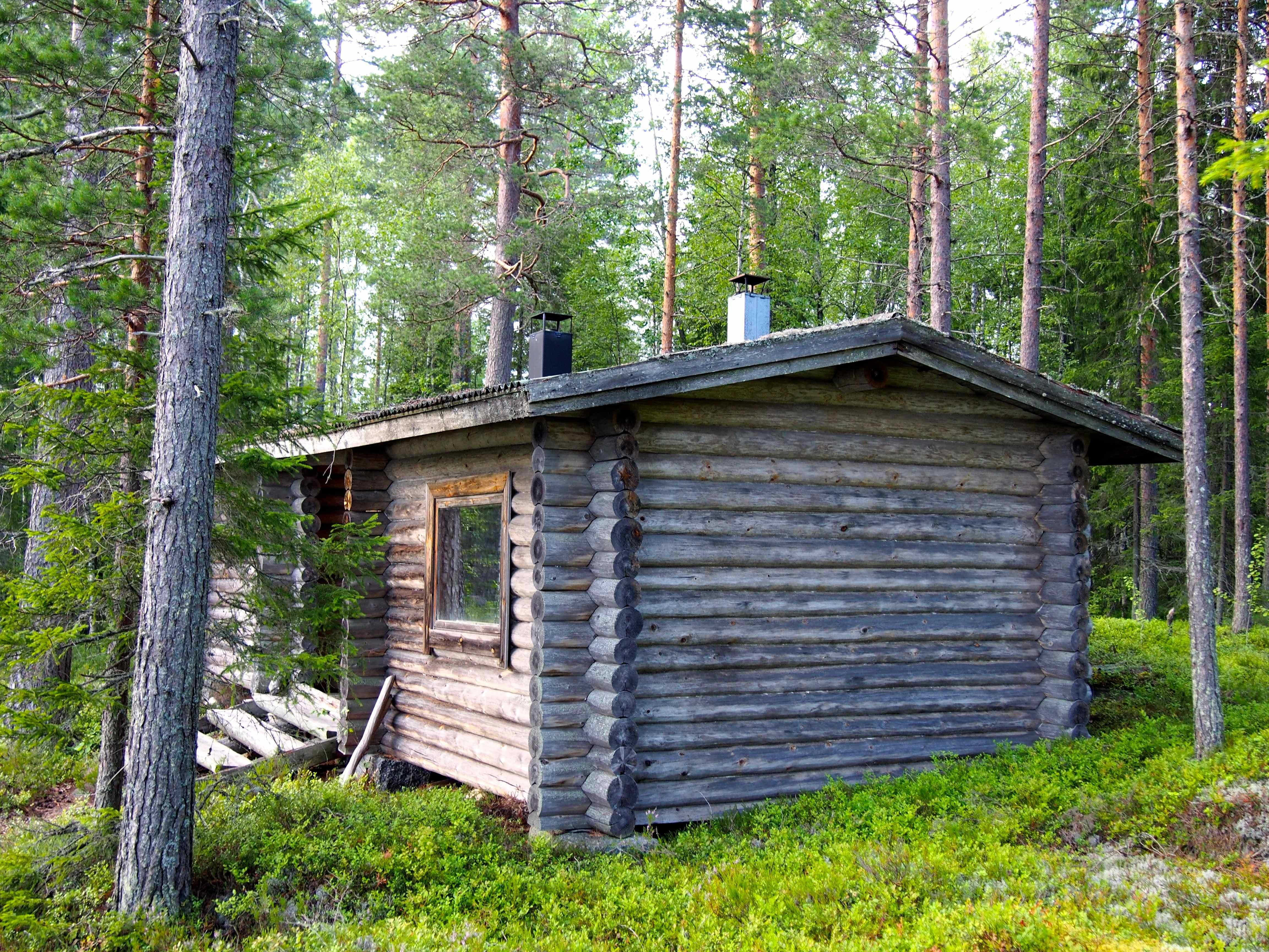 Nuit dans une petite cabane avec sauna perdu au bord d'un lac en Finlande