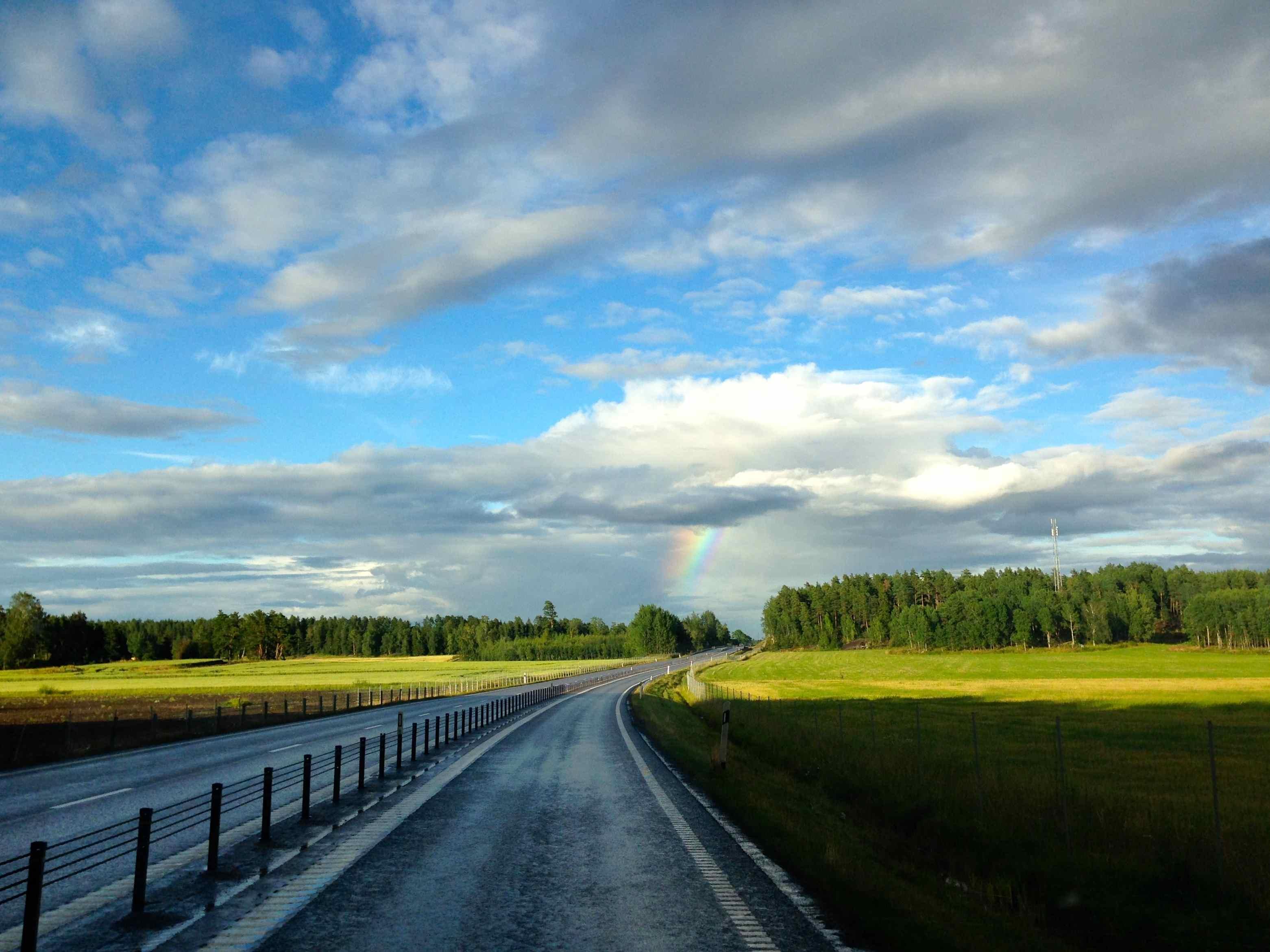 Arc-en-ciel vers Tidö sur les routes de Suède