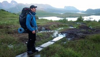 Laurent aux iles Lofoten en Norvège, en train de voyager aux Lofoten durant notre No Mad World Tour